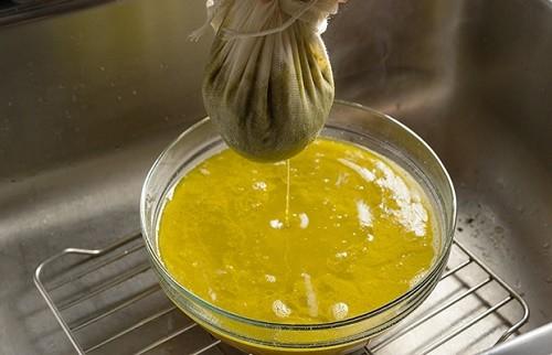 סינון התערובת והוצאת הקנאביס מהחמאה