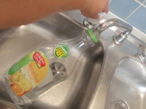 מלאו בקבוק במים חמים
