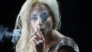 ליידי גאגא מעשנת ג'וינט בהופעה באמסטרדם