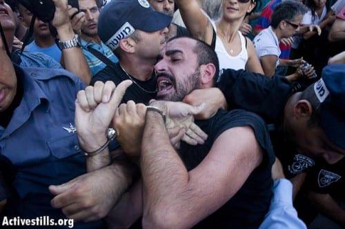 """יגאל רמב""""ם נעצר במהלך ההפגנות מול בניין העירייה"""