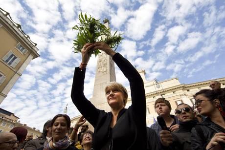 ריטה ברנרדיני עם הקנאביס בהפגנה