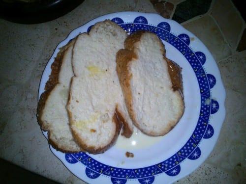 פרוסות הלחם ספוגות תערובת שהכנו
