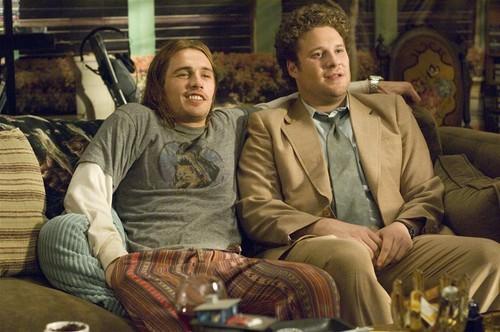 יושבים בכיף על הספה