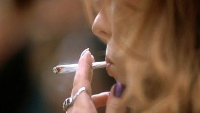אישה מעשנת ג'וינט