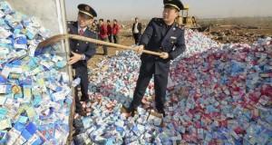 שוטרים סינים משמידים אבקות חלב עם מלאמין