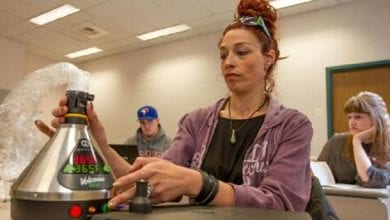 Photo of לימודים גבוהים: סטודנטית משתמשת בוואפורייזור בזמן שיעורים