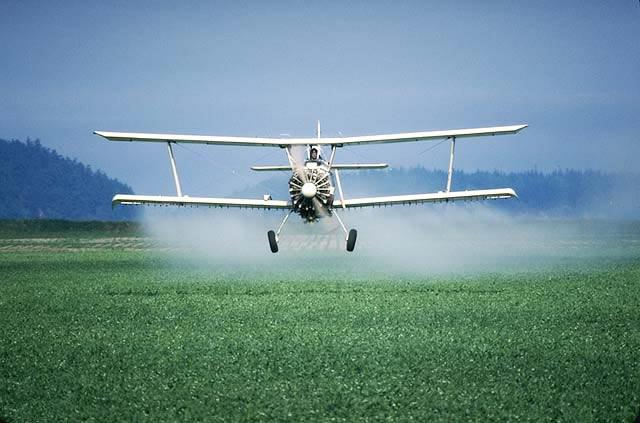 Un avión rocía campos