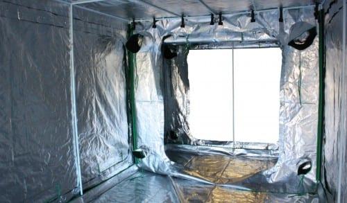 המקפידים מצפים גם את התקרה והקירות על-מנת להרוויח כמה שיותר אור חוזר