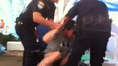 שוטרים עוצרים חולה