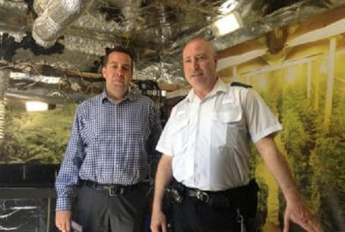 נציגי המשטרה מסבירים על מעבדה לגידול מריחואנה