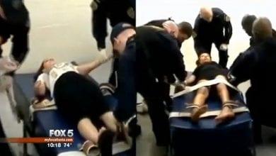 שוטרים לוקחים בדיקת דם בכוח מנהגים המסרבים לבדיקת ינשוף