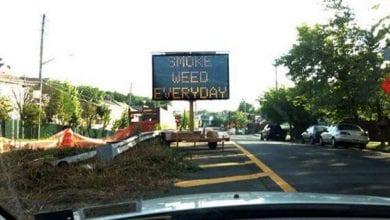 "Photo of ניו יורק: שלט תנועה קרא לנהגים ""לעשן גראס כל יום"""