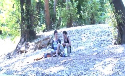 יושבים על גדת הנחל