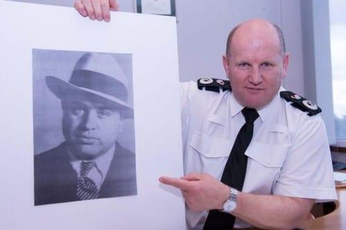 מייק בארטון עם תמונתו של אל קפונה