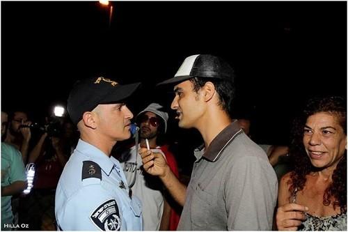דקל עוזר מציע ג'וינט לשוטר