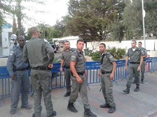 שוטרים מקימים מחסום  מחוץ לביתו של יאיר לפיד