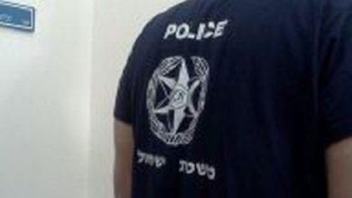 שוטרים מבצעים חיפוש סמים