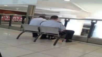 Photo of צפו: עישן ג'וינט ליד שוטרים בתחנה המרכזית