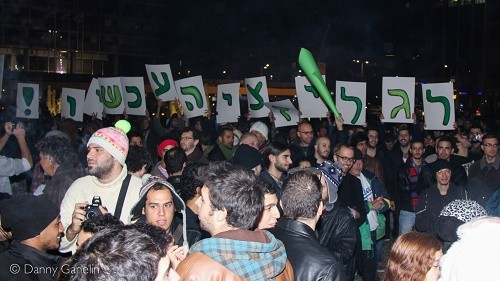 שלטים וכרזות בהפגנה לגליזציה עכשיו