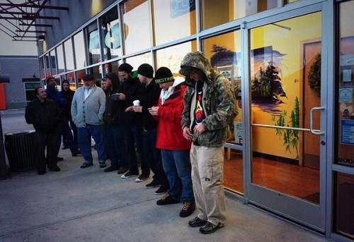 תורים מחוץ לחנות קנאביס ראשונה בקולורדו
