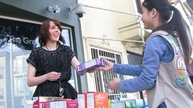 Photo of בנתה על המאנצ'יז: ילדה מכרה עוגיות מול חנות קנאביס – וזה עבד