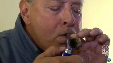 Photo of צפו: סבא מעשן מריחואנה בפעם הראשונה