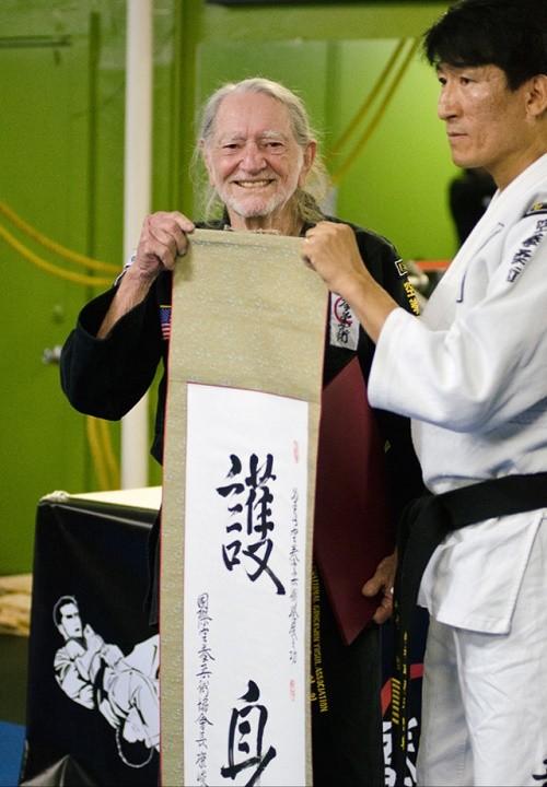 ווילי נלסון בן 81 עם חגורה שחורה
