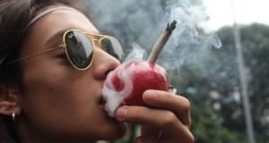 אשה מעשנת מריחואנה