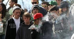 בני נוער מעשנים מריחואנה