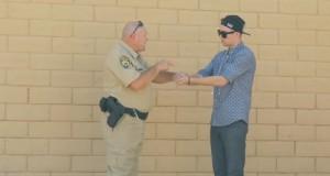 קוסם מוכר מריחואנה לשוטר
