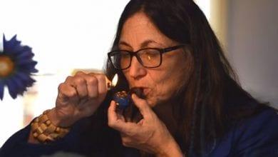 Photo of מועמדת לתפקיד המושל מעשנת מריחואנה בפרסומת