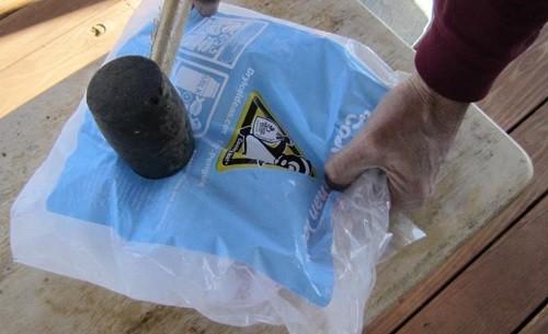 קחו שקית קרח יבש וכתשו אותו עם פטיש או חפץ דומה לחתיכות קטנות, לא גדולות מכדור גולף. אתם לא רוצים חתיכות   גדולות וכבדות בתערובת