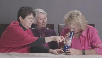 סבתות מעשנות מריחואנה