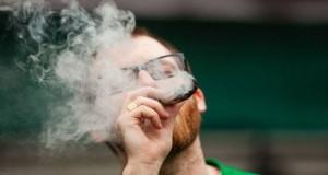 אדם מעשן ג'וינט