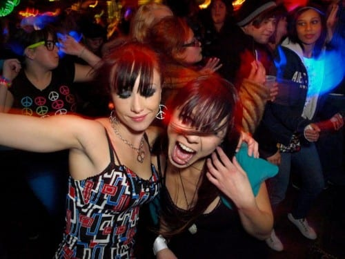 בנות רוקדות במסיבה