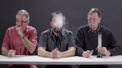 Photo of צפו: שוטרים לשעבר מעשנים מריחואנה