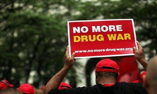 הקולות בבריטניה מתחזקים - אי הפללה של כל סוגי הסמים