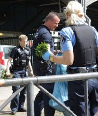 פעילים שתלו קנאביס מול בניין המשטרה