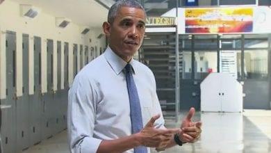 """Photo of אובמה בביקור בכלא: """"גם אני יכולתי לסיים כאן"""""""
