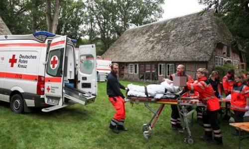 אמבולנסים מחוץ לכנס הומאופתיה בגרמניה