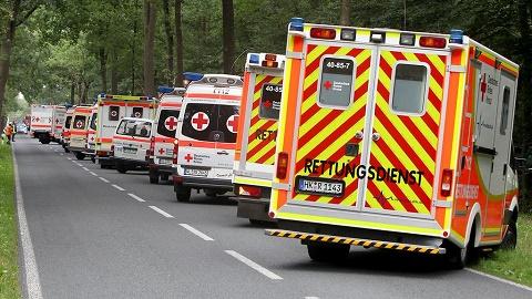 שיירת אמבולנסים מחוץ לכנס ההומאופתיה בגרמניה