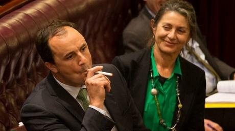 ג'רמי באקינגהאם - מעשן סיגריה אלקטרונית בבית הפרלמנט האוסטרלי