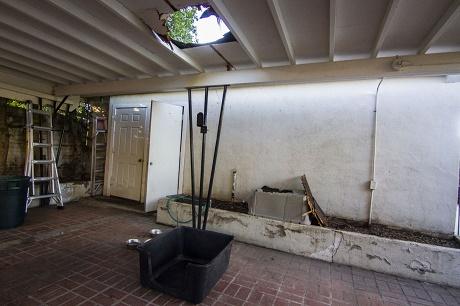 משלוח מריחואנה מוברח שנפל לתוך מלונה בבית באריזונה