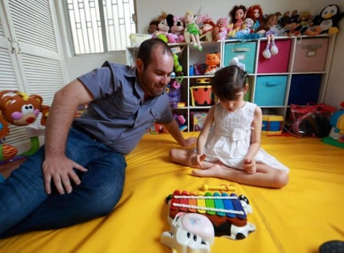 גרייס משחקת עם אביה ראול