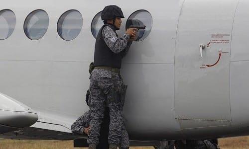 כוחות אבטחה בשדה תעופה פושטים על מטוס מלא סמים מוברחים
