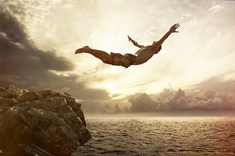 ציור של גבר קופץ מצוק לתוך מים
