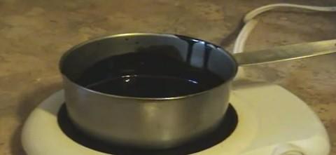 שמן קנאביס רפואי מתחמם על כירה חשמלית