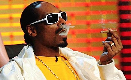 הראפר סנופג דוג מעשן בלאנט