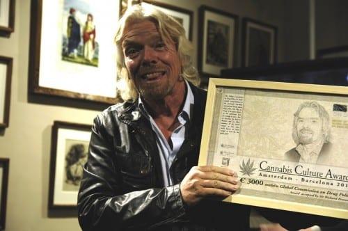 ברנסון מחזיק פרס שקיבל ממוזיאון הקנאביס