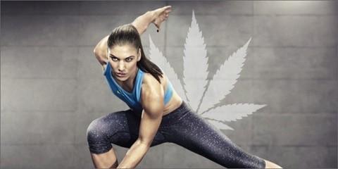 בחורה בלבוש ספורטיבי על רקע עלה מריחואנה